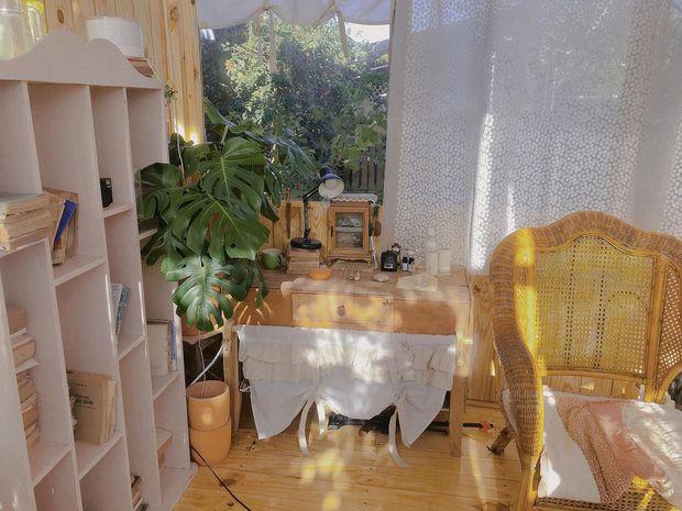 Ngôi nhà gỗ hoàn toàn đáp ứng tốt nhu cầu làm studio chụp hình của Kiên Kim