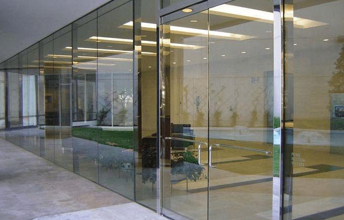 Thế nào là cửa kính bản lề sàn?